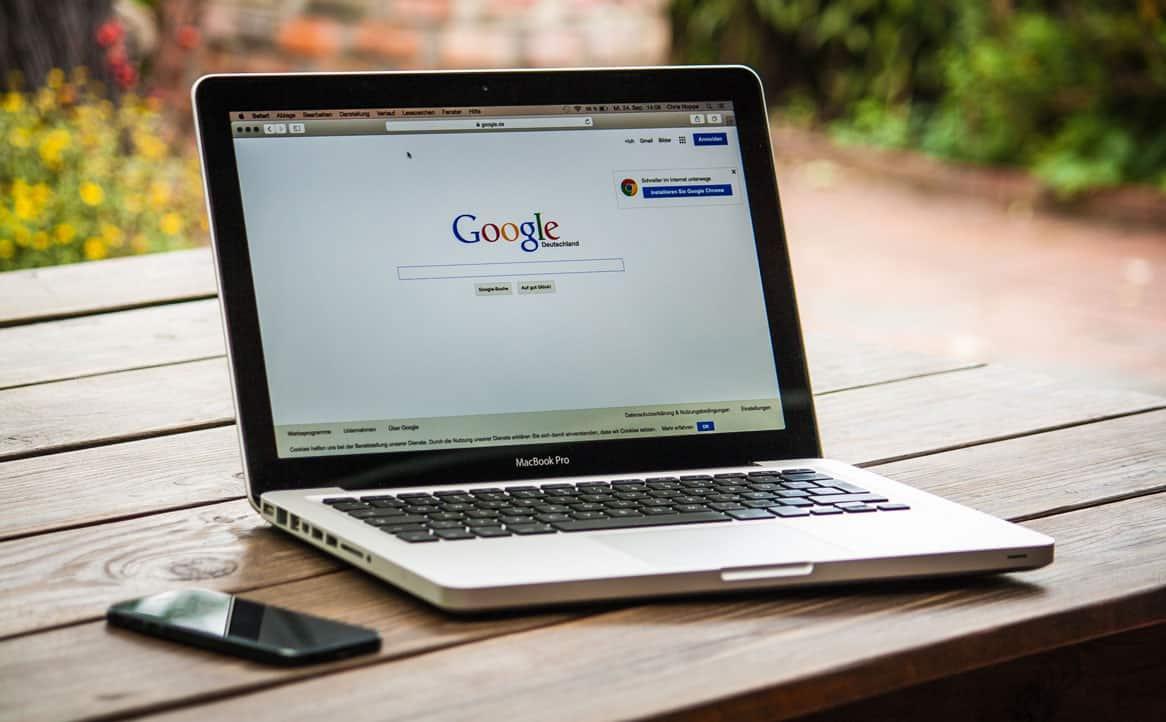 Computador com a página de pesquisa do google aberta.