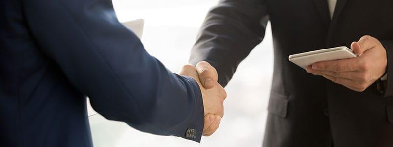 Vendedor cumprimentando um cliente em uma visita.