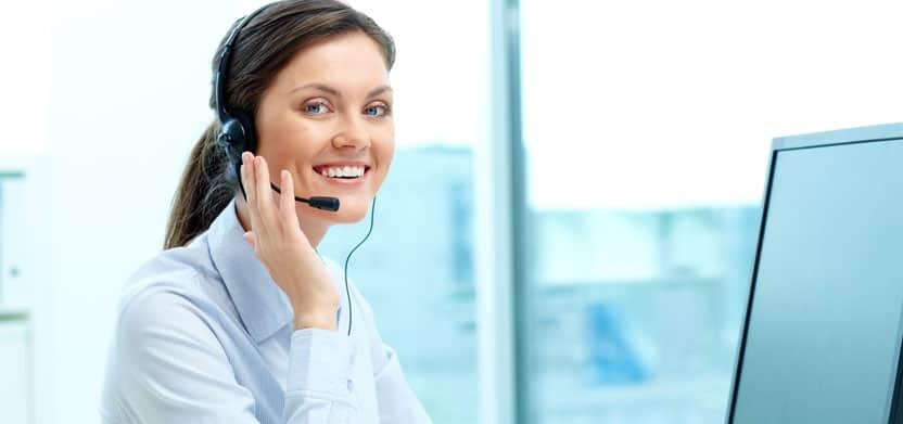 Atendente de pré-vendas realizando uma chamada com um possível cliente.