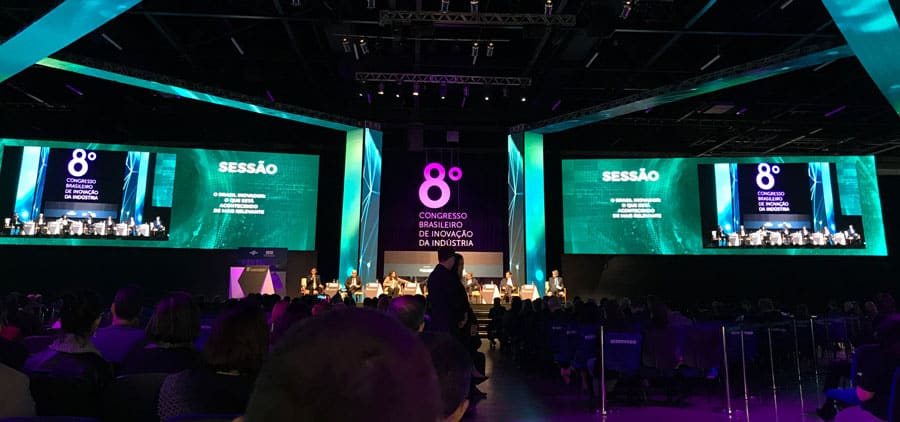Foto do palco principal do evento sobre inovação na indústria.